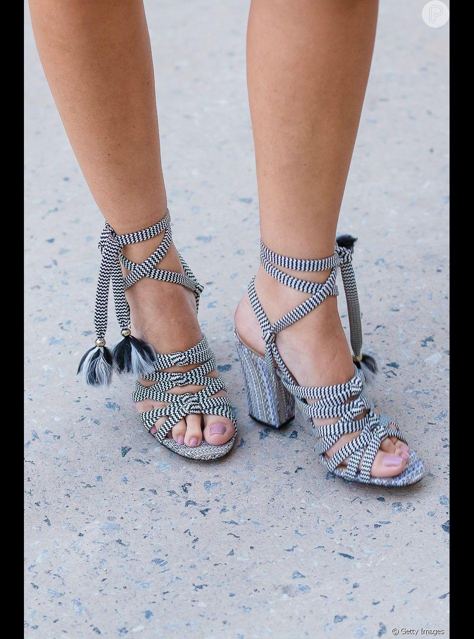 4d9117624 As sandálias de amarrações deixam os pés fresquinhos no verão de forma  estilosa