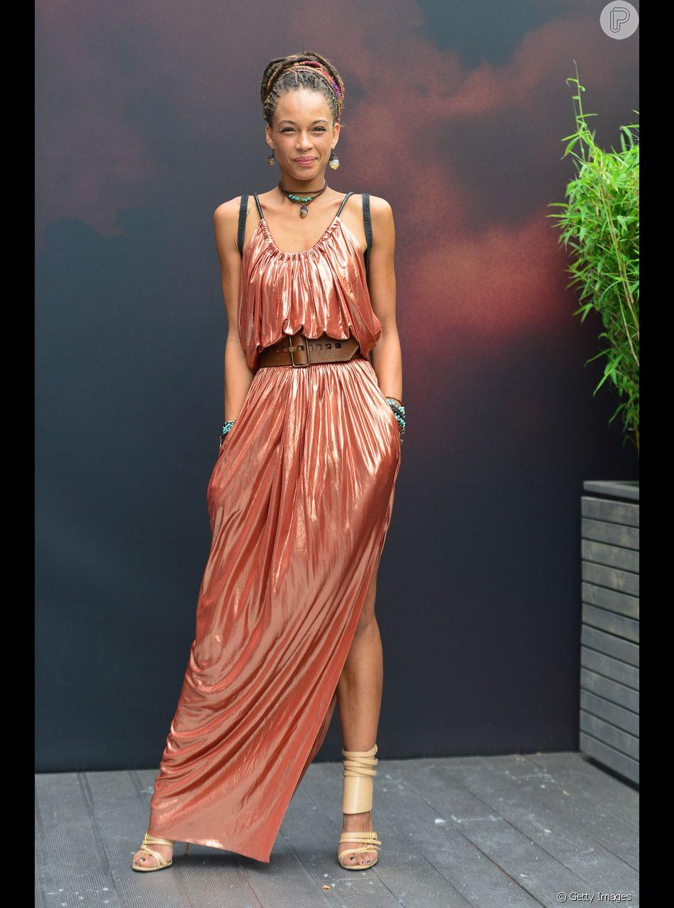 O Living Coral também pode aparecer nos vestidos com tecidos metalizados