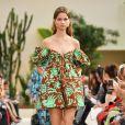 Vestidos curtos em estilo anos 60 estão de volta à moda. Curtinho volumoso da Valentino