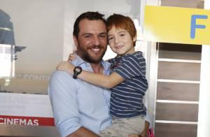 Rodrigo Lombardi leva o filho, Rafael, ao cinema e enche o menino de beijos