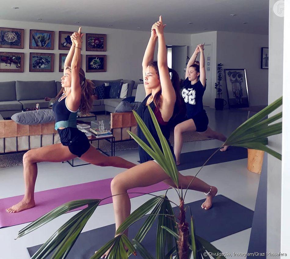 Grazi Massafera pratica yoga com sobrinhas e semelhança impressiona seguidores neste sábado, dia 22 de dezembro de 2018