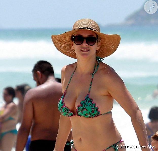 Regiane Alves curte dia de sol na praia da Barra da Tijuca, no Rio de Janeiro, em 23 de dezembro de 2018