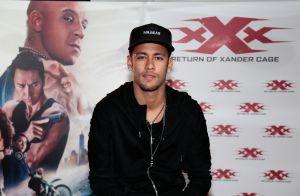 Modelo brasileira ganha abraço de Neymar em foto e fãs shippam: 'Combinam'