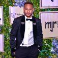 Neymar  chamou atenção ao compartilhar uma foto cercado de 26 mulheres