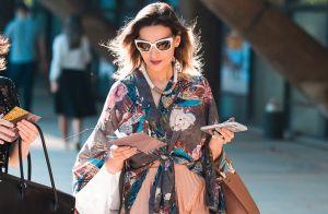 Camisa estampada: 8 looks e combinações para te inspirar a usar a trend