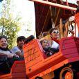 Deborah Secco esteve na Disney com a filha, Maria Flor