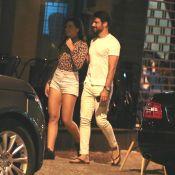 Galã básico! Cauã Reymond usa camisa branca e chinelos para passeio com namorada