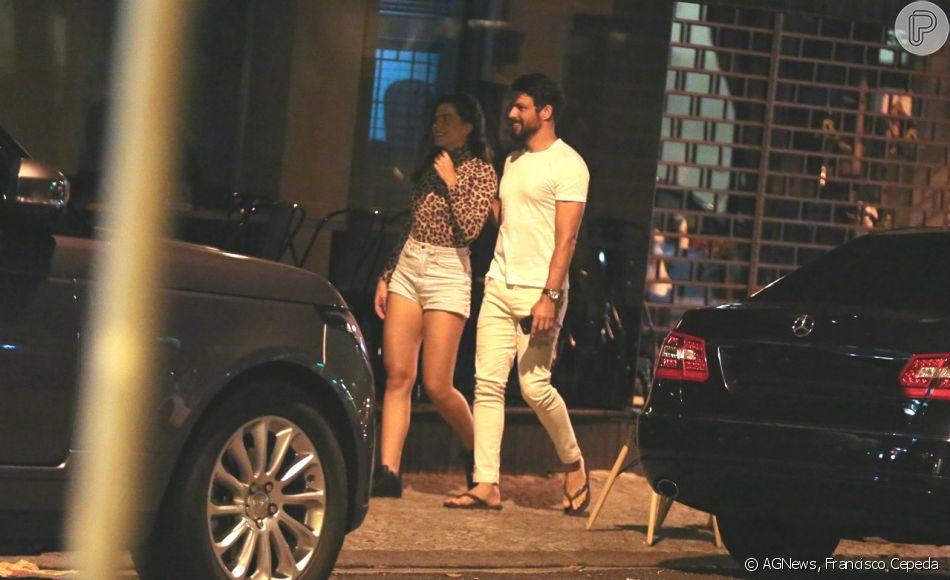 Cauã Reymond e a namorada, Mariana Goldfarb, são fotografados durante passeiona noite desta segunda-feira, 07 de janeiro de 2019