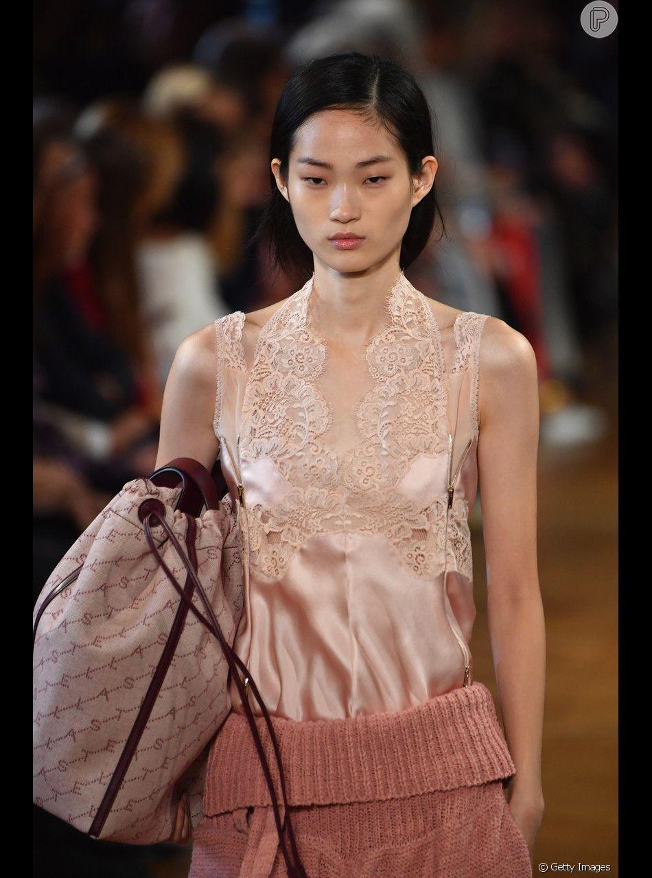 Outro look em estilo pijama de renda, este em rosinha, da Stella McCartney
