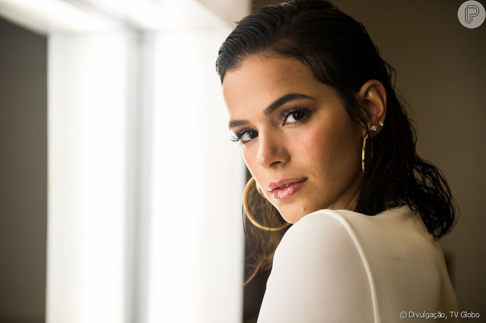 Bruna Marquezine estrelou tutorial de maquiagem da versão americana da  revista  Vogue  e ensinou 2893134739