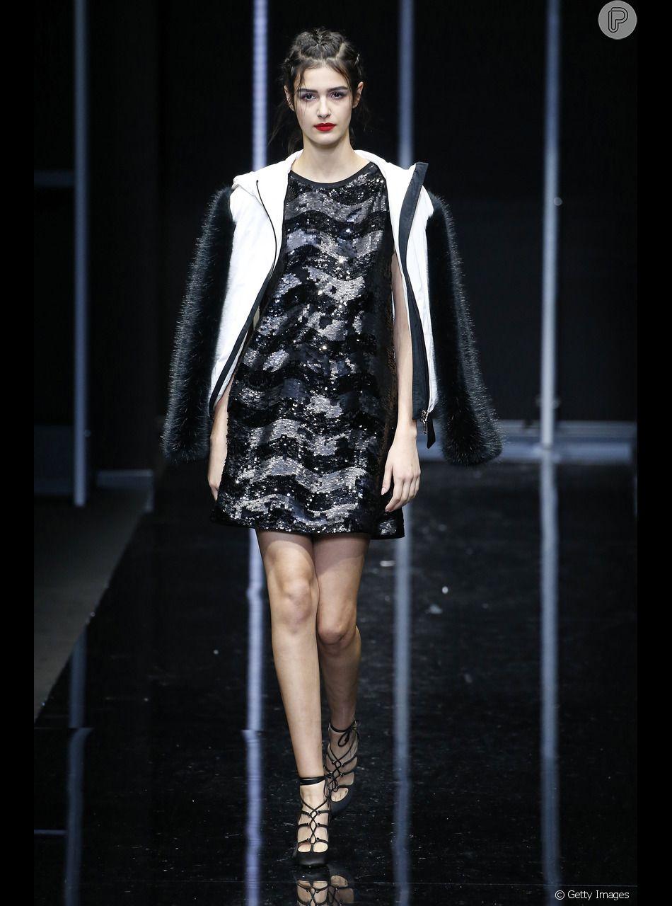 17217af5835d2 A sandália de amarrações no tornozelo continua como tendência e apareceu no  desfile da Emporio Armani na Semana de Moda de Milão