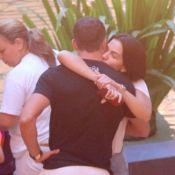 Malvino Salvador ganha abraço de Kyra Gracie em passeio com as filhas