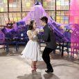 Na novela 'As Aventuras de Poliana', Mirela (Larissa Manoela) ensaia passos de dança com Luca (João Guilherme)