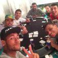 Neymar joga pôquer com amigos