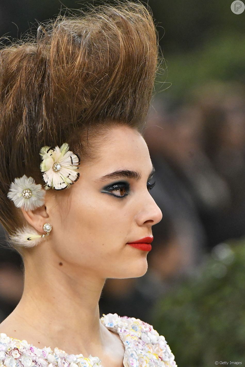 Carnaval chic: Cabelos pro alto + flores na Chanel