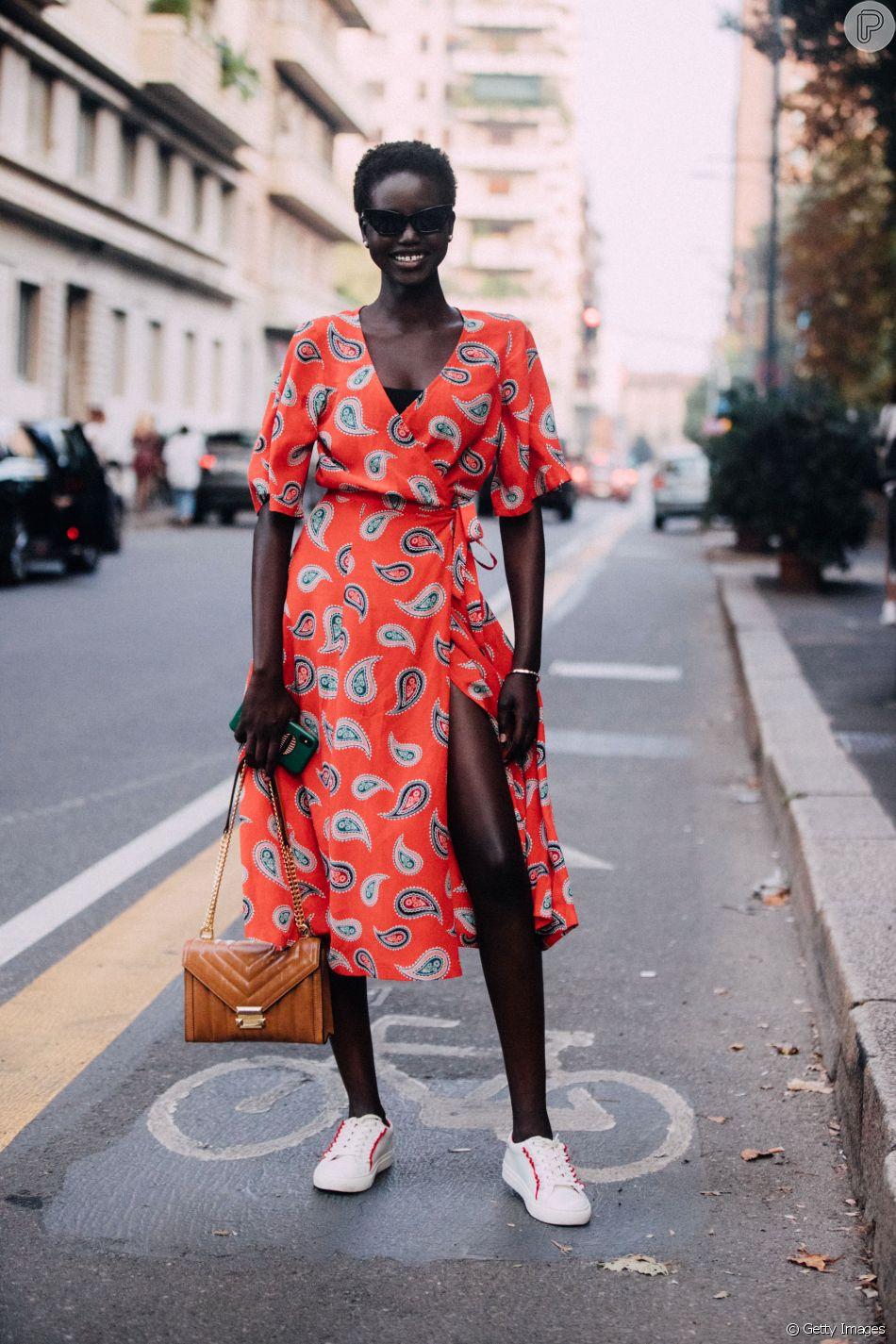 Sneakers: a top Adut Akech combinou com vestido vibrante