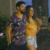 Mariana Goldfarb usa jeans curto e chinelo de R$ 100 em passeio com Cauã Reymond