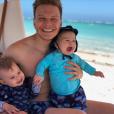 Aproveitando as férias, Michel Teló combinou a bermuda com os filhos Melinda e Theodoro. Que vontade de apertar essa duplinha!