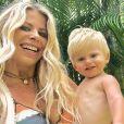 Karina Bacchi e o filho, Enrico, também entraram no clima e combinaram o look praia apostando na mesma estampa