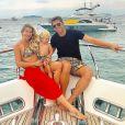 Sintonia fashion em família! Karina Bacchi usa biquíni com a mesma estampa do bermudão do marido, Amaury Nunes, e do filho, Enrico