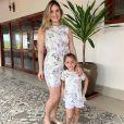 Uma gracinha! Thyane Dantas, mulher de Wesley Safadão, e a filha, Ysis, usaram um look floral bem fresquinho e igual para posar para a foto