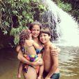Para curtir um dia na cachoeira, Nivea Stelmann vestiu um biquini igualzinho ao seu de sua filhinha, Bruna. Uma fofura essa vibe 'tal mãe, tal filha', né?