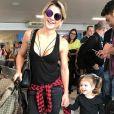 E esse aerolook tal mãe, tal filha? Com uma roupinha preta e um casaco xadrez amarrado na cintura, Mirella Santos e a pequena Valentina embarcaram cheias de estilo