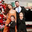 Quem resiste aos filhos de Juliana Paes, Pedro e Antonio, usando um terninho igualzinho ao do pai, Carlos Eduardo Baptista?