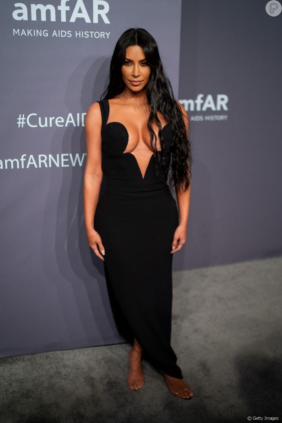 No Baile da amfAR, que aconteceu no dia 6 de fevereiro de 2019, Kim Kardashian apostou no vestido preto com decote superprofundo da Versace