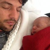 Filho de Patricia Abravanel recebe carinho do pai, Fábio Faria, enquanto dorme