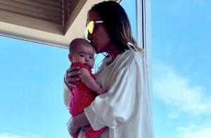 Sabrina Sato posa com filha, Zoe, no colo após ensaio de Carnaval: 'Minha força'