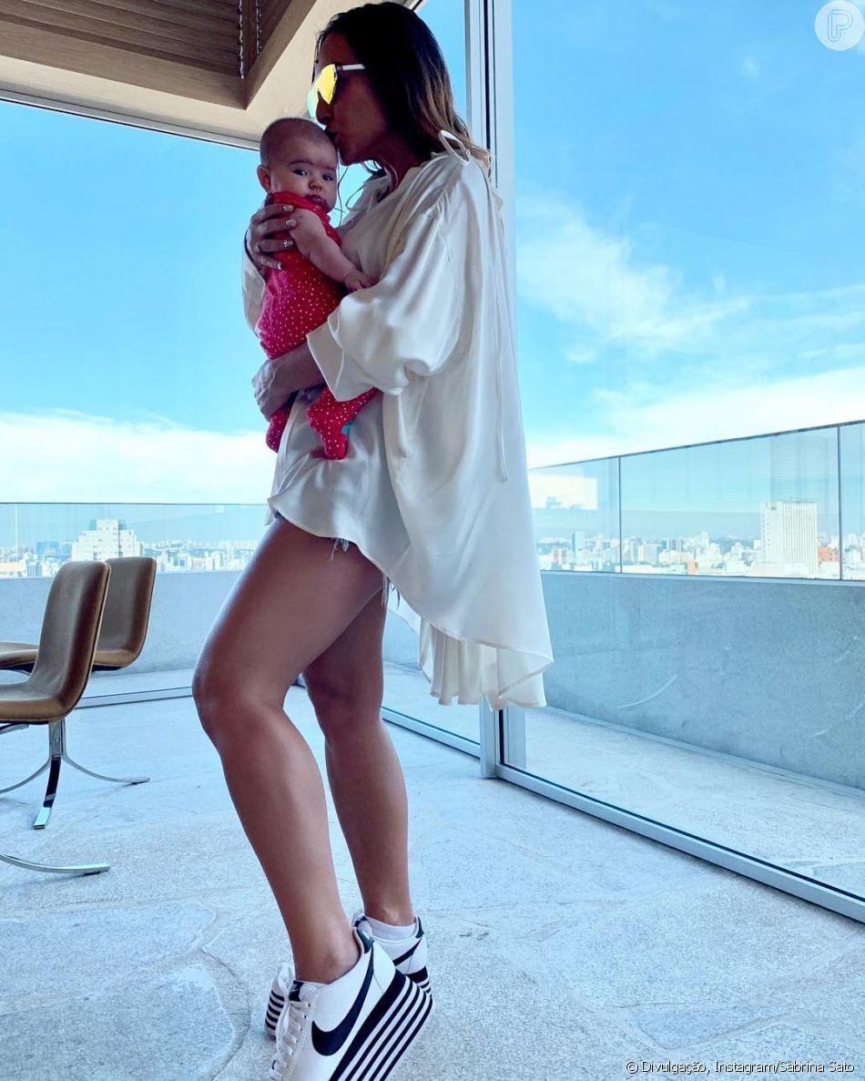 Sabrina Sato posa com filha, Zoe, no colo após ensaio de Carnaval em foto neste domingo, dia 10 de fevereiro de 2019