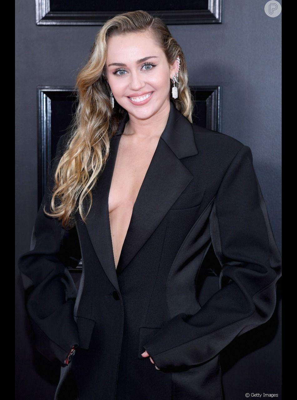 Miley Cyrus aposta em look decotado para o tapete vermelho do Grammy 2019, em 10 de fevereiro de 2019
