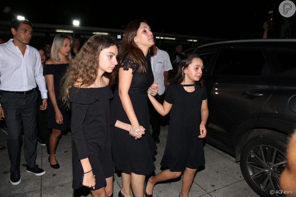 Mulher de Ricardo Boechat, Veruska Seibel Boechat chegou ao velório visivelmente abalada de mãos dadas com as filhas, Valentina, de 12 anos e Catarina, de 10. 'Pior dia da minha vida', lamentou