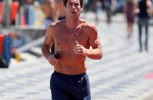 Flávio Canto, ex-marido de Fiorella Mattheis, exibe corpo sarado em praia do Rio