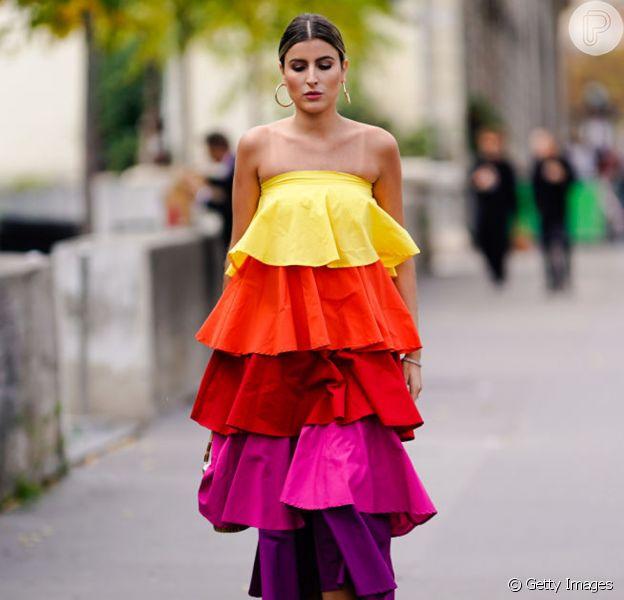 O vestido de maxi babados colorido é a cara do verão