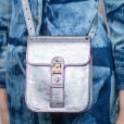Look no detalhe: bolsa metalizada é tendência