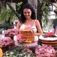 Amiga de Isis Valverde mostra atriz 'atacando' bolo de aniversário