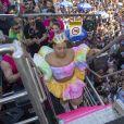 Preta Gil apostou em look colorido com nuance candy para apresentação