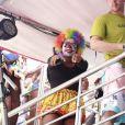 Ludmilla acena para fotógrafo durante Bloco da Preta, no Rio de Janeiro