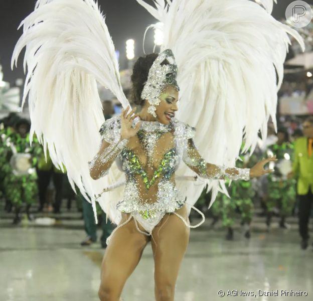 150 mil cristais e penas albinas: o look de Quitéria Chagas no Império Serrano neste domingo, dia 3 de março de 2019