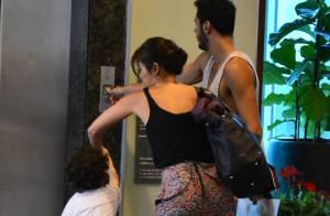 Daniele Suzuki brinca com o filho, Kauai, durante passeio em shopping no Rio