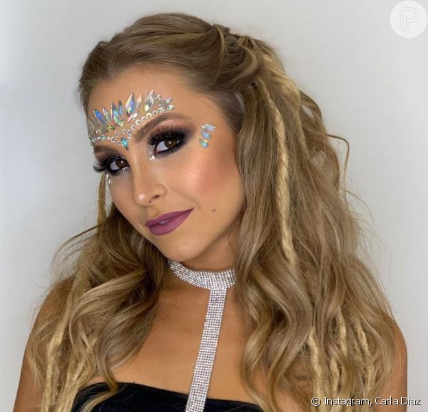 Carla Diaz usou um semi-preso estiloso com mechas torcidas no Carnaval
