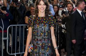 Laura Neiva confere desfile da Chanel em Paris e brilha usando look da grife