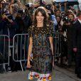 Laura Neiva posa para os fotógrafos momentos antes do desfile da grife Chanel, nesta terça-feira, 30 de setembro de 2014