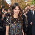 Laura Neiva viajou a Paris para conferir a semana de moda, mas o namorado, Chay Suede, não a acompanhou