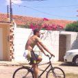 Cauã Reymond anda de bicicleta em Petrolina