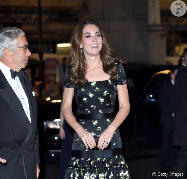 Kate Middleton reciclou vestido Alexander McQueen usado no Bafta 2017 ao colocar mangas no modelo para evento ontem (12) no National Portrait Gallery