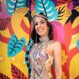 Camila Coutinho aderiu ao body chain para curtir o Carnaval em Olinda. Peça sobreposta com um vestido mais básico de tricô pode deixar o look incrível na meia-estação