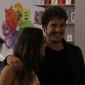 Juliana Paiva e Nicolas Prattes namoram durante dia de compras em shopping